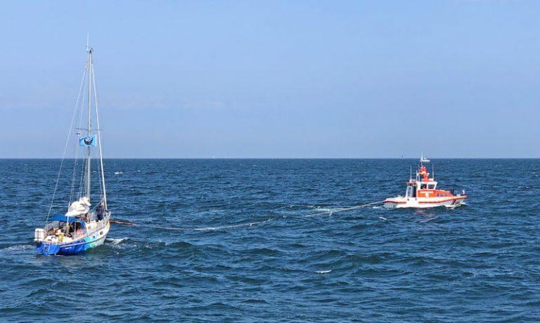 Nahe Timmendorf: Einsatz der Seenotretter für Segelyacht mit starker Rauchentwicklung