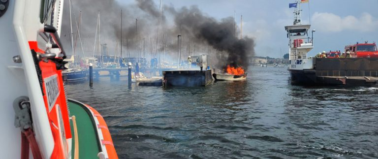 Seenotretter nach Explosion auf Motorboot in Travemünde im Einsatz